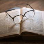 老眼が原因の眼精疲労は治療の一環としてメガネの使い分けが大事◎
